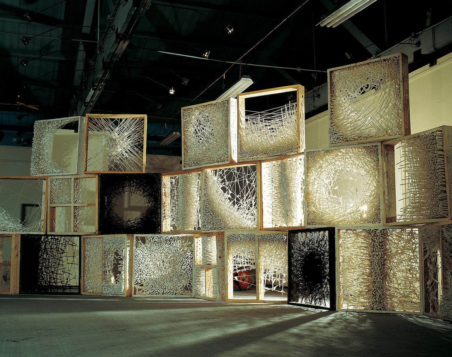 1994-95《结之一》 棉线、宣纸、纸浆、木 270×800×120 cm (90×90×15cm)×22 中国美术学院画廊个展现场
